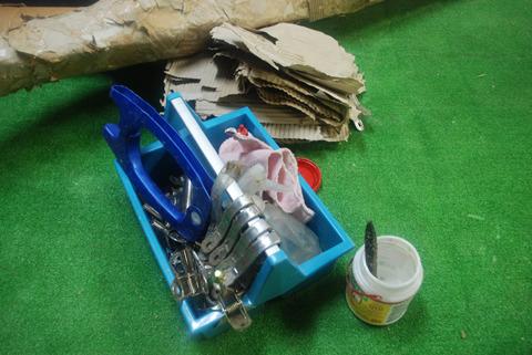接着には木工用ボンドを使用。骨組み用の針金などはいっさい使わずに強度を保っている