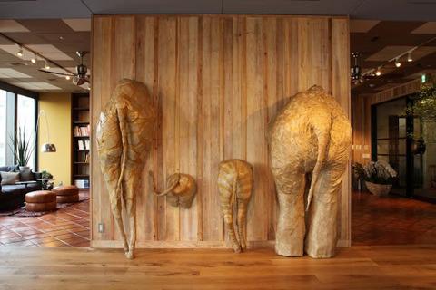 アフリカ好きの社長さんの要望を受け、オフィスのオブジェも制作。動物園に通い、しりの形を研究したという力作