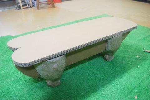 また、これからは家具などの生活用品も作っていきたいそう。こちらはダンボールのベンチ。ブタの足がかわいい