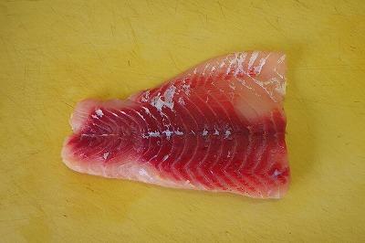 川魚を調理する際、臭いが心配ならとりあえず皮を剥ごう。