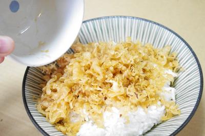 3.麺つゆを天かすにかける。