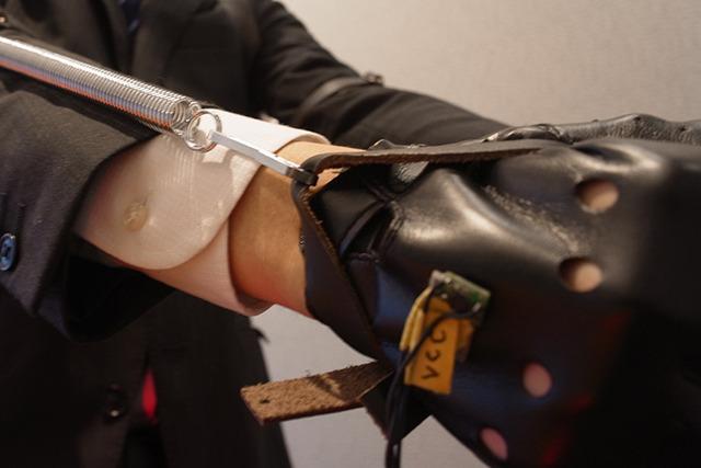 手の甲につけられたセンサーが傾きを検知