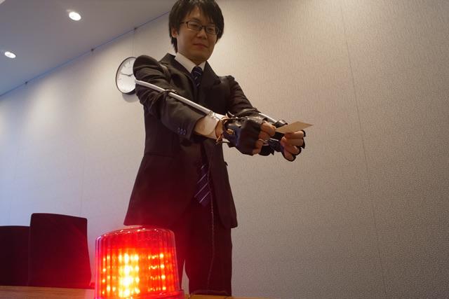 10秒間この姿勢を保つと、赤いランプが点灯する