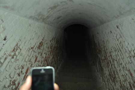 ライトで照らさないと全く見えない地下へ続く階段。
