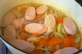 魚肉ソーセージといえば、スープの具として煮るとびっくりするほど膨らむことも忘れてはいけない