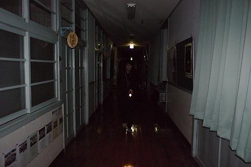23時半。消灯後はこの暗さである。