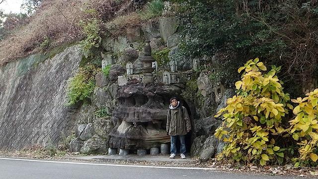 洞窟を進むと裏側に出た(裏側はお寺色ゼロ、ただの道)