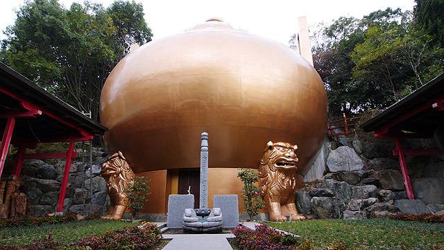 金ピカのマントラ塔