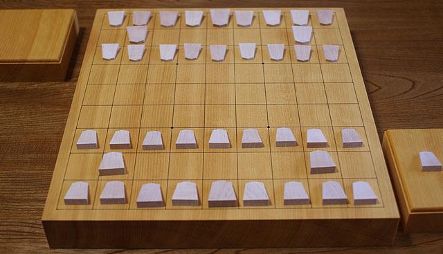 駒の大きさとサイズごとの数はいわゆる将棋と同じ構成。