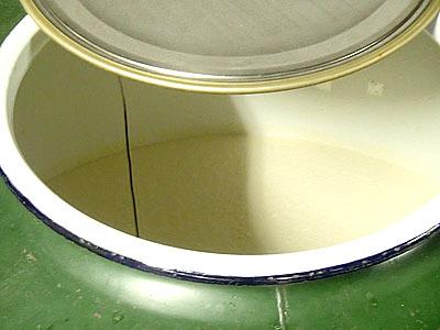 タンクの中ではブクブクと発酵中。ちなみに、上方から下ってくるのが下り酒で、それ以外の味の落ちる酒は「下らぬ酒」と言われた。つまらない物を指す「くだらない」の語源と言われています。