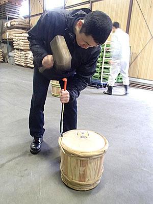 中身の入っていない要らない樽を空けさせてもらった。ガッチリはまっているので簡単には外れません。