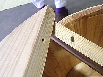 鏡開きの時のフタはこういう棒で組み合わされて上に置かれているだけの状態になっている。