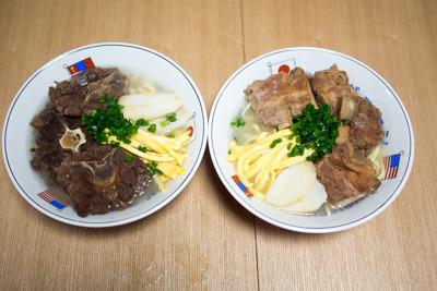 カンガルー肉そば(左)/ソーキそば(右)