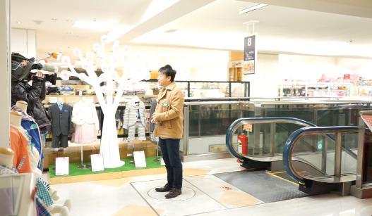 キャスターの方に名古屋の珍しいエスカレーターを案内。