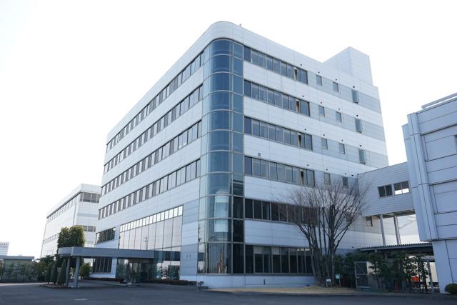 こちらがオフィス棟の新館。お客様を迎える広い会議室があり、展望用のエレベーターなども備える。