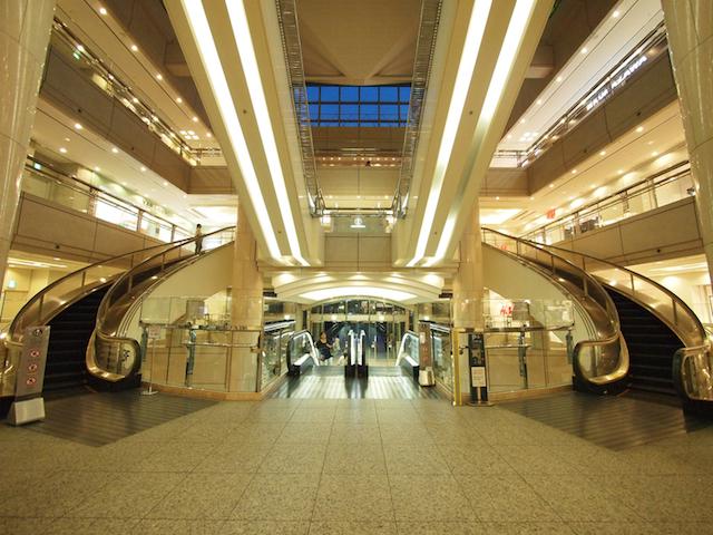 そもそも、横浜ランドマークプラザにある、シンメトリーのスパイラルを目撃したのが、エスカレーター偏愛の始まりであった。