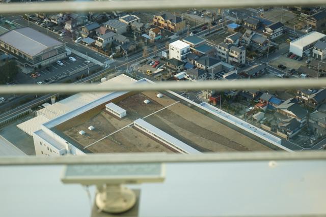 手前にぎりぎり見えているのが屋上緑化のされている工場で、中ではエスカレーターのトラスを作っているのだそうだ。