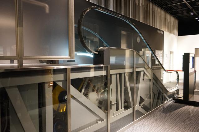 静々と動く展示用のエスカレーター。下部トラスの内側は中がよく見えるようになっている。