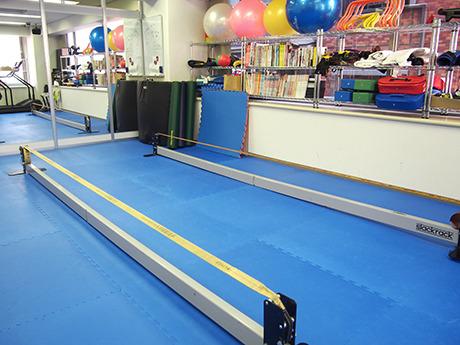 これがインドア用スラックライン。高さ30cmほどなので落ちても安心。