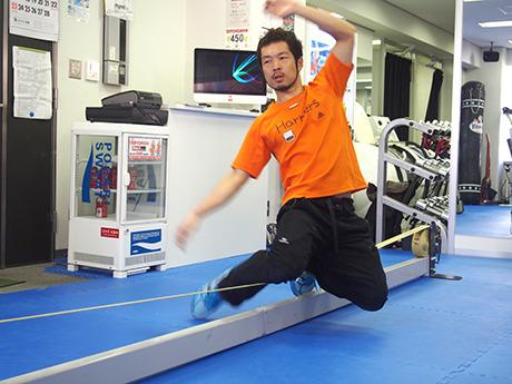 スラックラインで華麗に技を披露する運動お化けこと岡本先生。