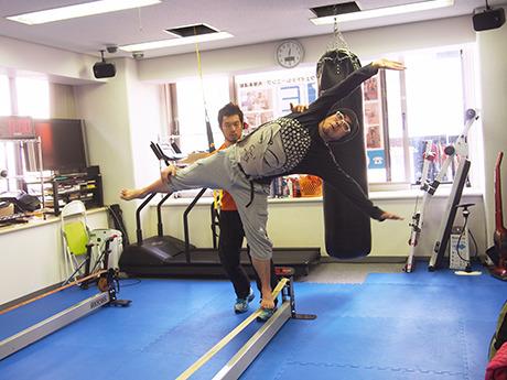 岡本先生に全身でのバランスを教えてもらってます。真面目です。