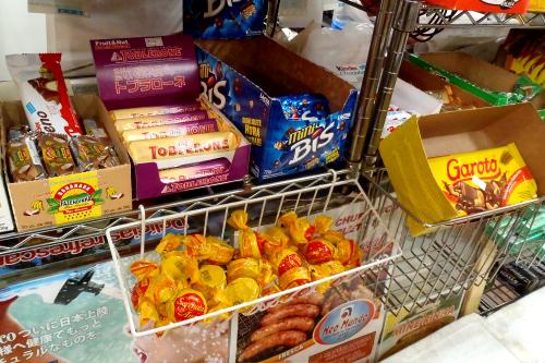 お菓子のばら売りもあり、小学生ぐらいの男の子が買っていた