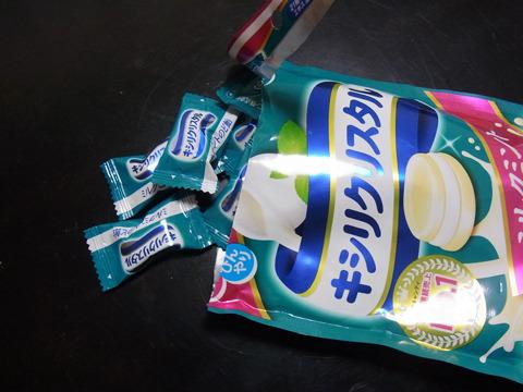 一つ一つ包装。私がもらった飴はこのミルクミント味