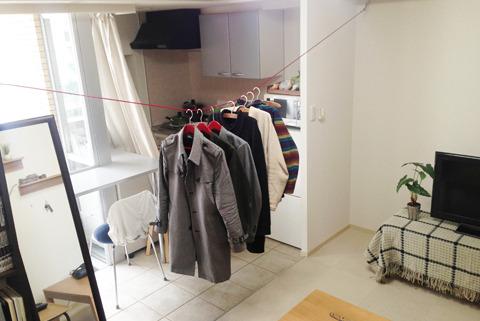 たとえばクローゼットがなくても、ヒモで洋服を吊るせるとか、そういう利便性のことです