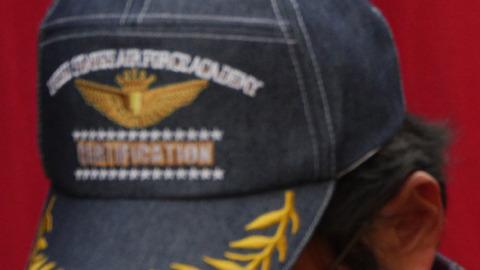 アメリカ空軍アカデミーと書いてある。こちらもすごい経歴のおっちゃんだ。