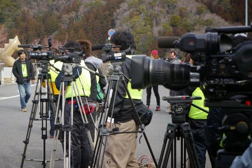 今日びバンジージャンプぐらいで取材にくるマスコミなんかいるかね……と思ったらTV局、新聞社がどっさり来た!