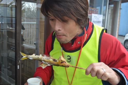 一方そのころ、安藤さんとぼくは鮎の塩焼きを食べていた