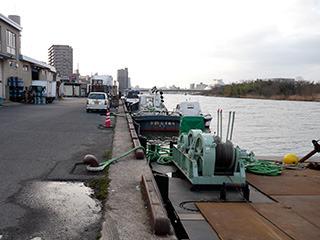 店のすぐ裏は小さな港