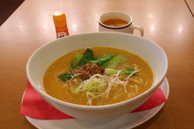 スープを飲みながら担々麺を待つ。