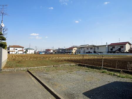 住宅街の裏手にはいまも畑が多く残る