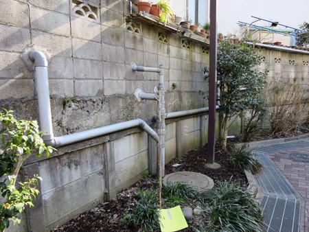 塀から伸びたパイプが合流してて楽しい。たぶん排水だけど