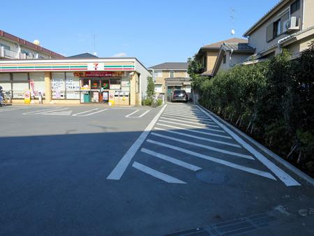 コンビニオーナーの駐車場の出入り口は車止めるなよ斜線(想像)