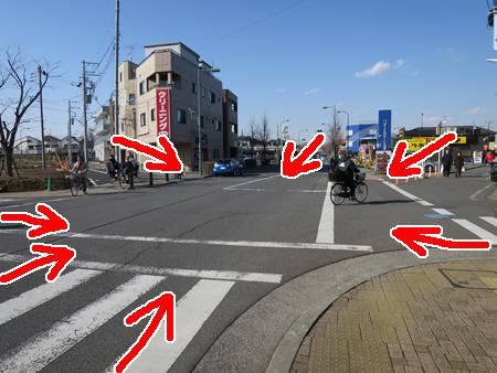 矢印の方から道路が伸びて交差している