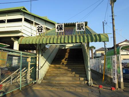 味のある階段を降りて駅前に出ると...