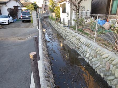 流れているというより濡れている水路