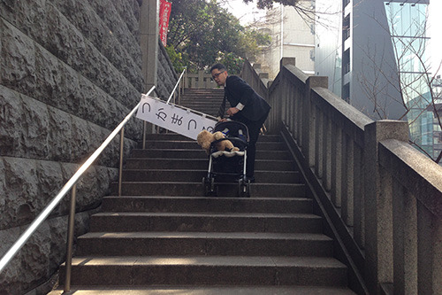 階段を上る衝撃で