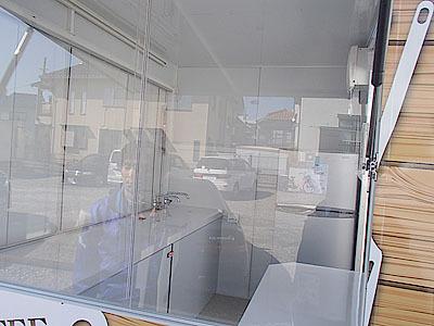 白で統一された販売車内。思った以上に広い。