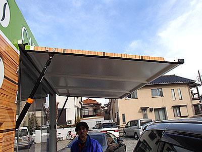 販売窓の扉は屋根代わりに。固定式ガスダンパーで支えられていて開け閉めと固定は楽だった。色々細かい仕掛けがついている。