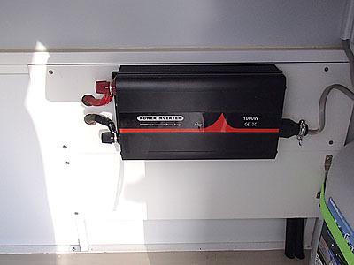 電圧などを変換するインバーターも備えている。発電機からの電気や外部からの電気をこれで変換して使う。