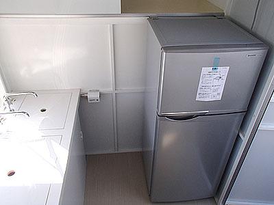 家庭用冷蔵庫も使えます。真ん中あたりにある小さな箱は水くみ上げ用ポンプの一部。各種電化製品が使用可能。