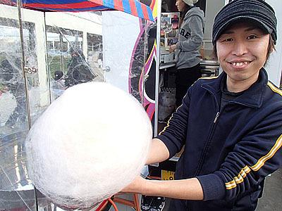 遊園地のイベントなので綿菓子も販売。子供たちが列をなして購入していました。子供の頃はよく食べたなあ。
