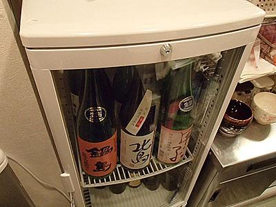 移動販売車とは全然関係ないですが、お酒好きの方で家にこういうショーケースを置きたがる人がいます。コンプレッサーの音がうるさく、ガラス張りで冷却効率も悪いので家庭用の冷蔵庫の中板を外して使うことをオススメします。業務用は色々苦労あり。