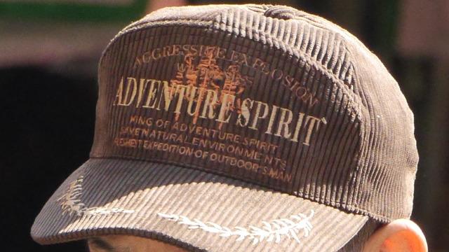 思った以上にスケールが大きかったおっさんの帽子の世界にどうか驚いてください。モチーフの基本は月桂樹とワシでほぼトロフィー。かと思えば爆発したり冒険したりと見逃せない英語も。(古賀)