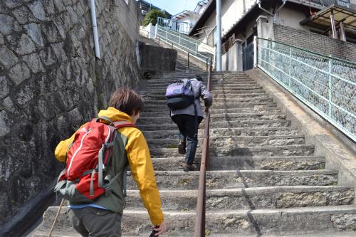 手すりを掴みながら、10段づつ休憩を取りながら登る