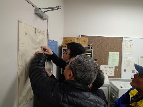 壁に貼ってあった古地図を参考に場所の見当をつける。