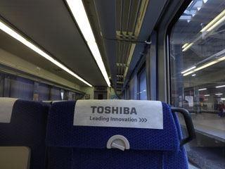 新幹線みたいな車両だぜ。トイレもついてるぜ。